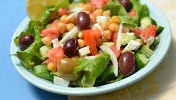 питта с хуммусом и греческим салатом