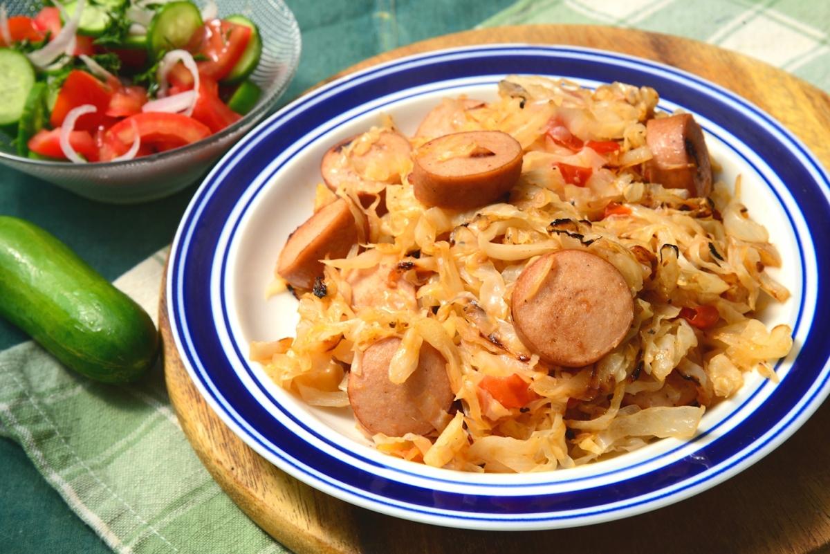 рецепт капусты жареной с сосисками
