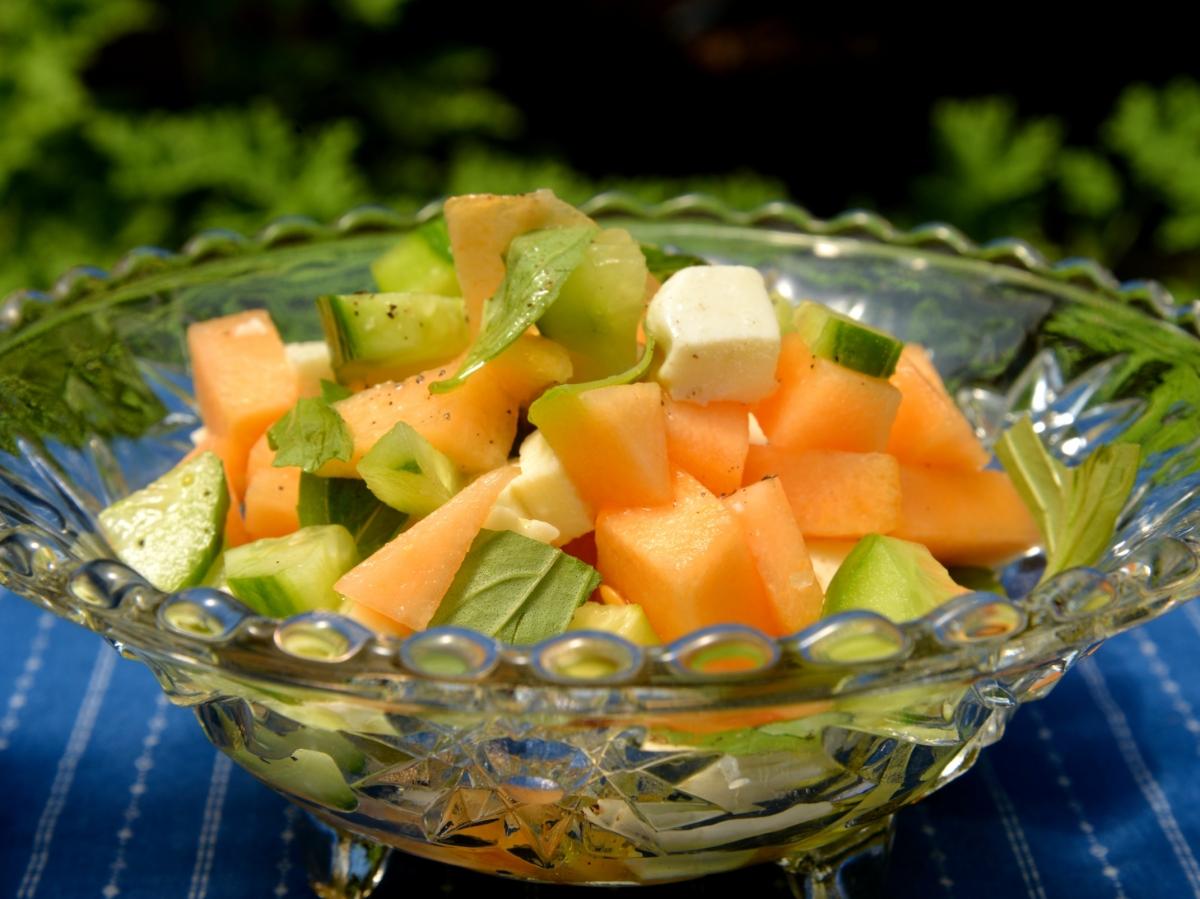 Летний салат из дыни и огурцов