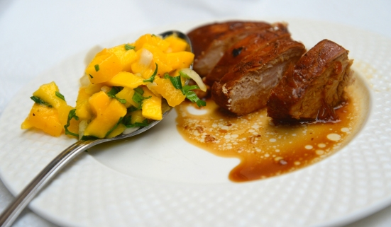 Цыпленок с виноградной мелассой и сальсой из манго