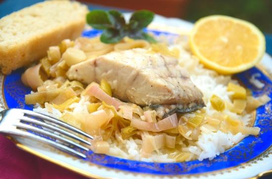 Рыба на пару с луком-пореем