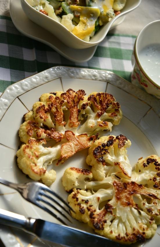 Два рецепта из цветной капусты, стейк и салат и соус из голубого сыра