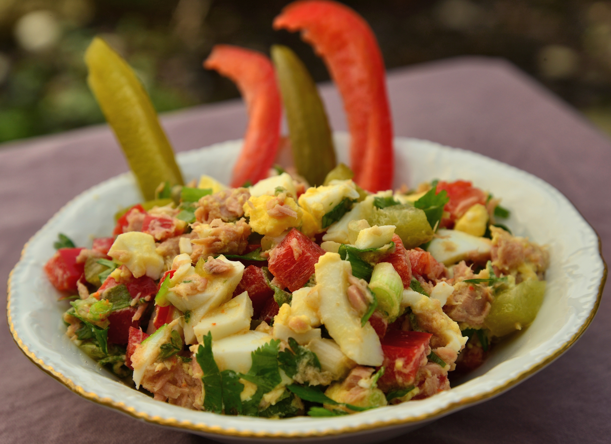 Израильский салат с тунцом из банки