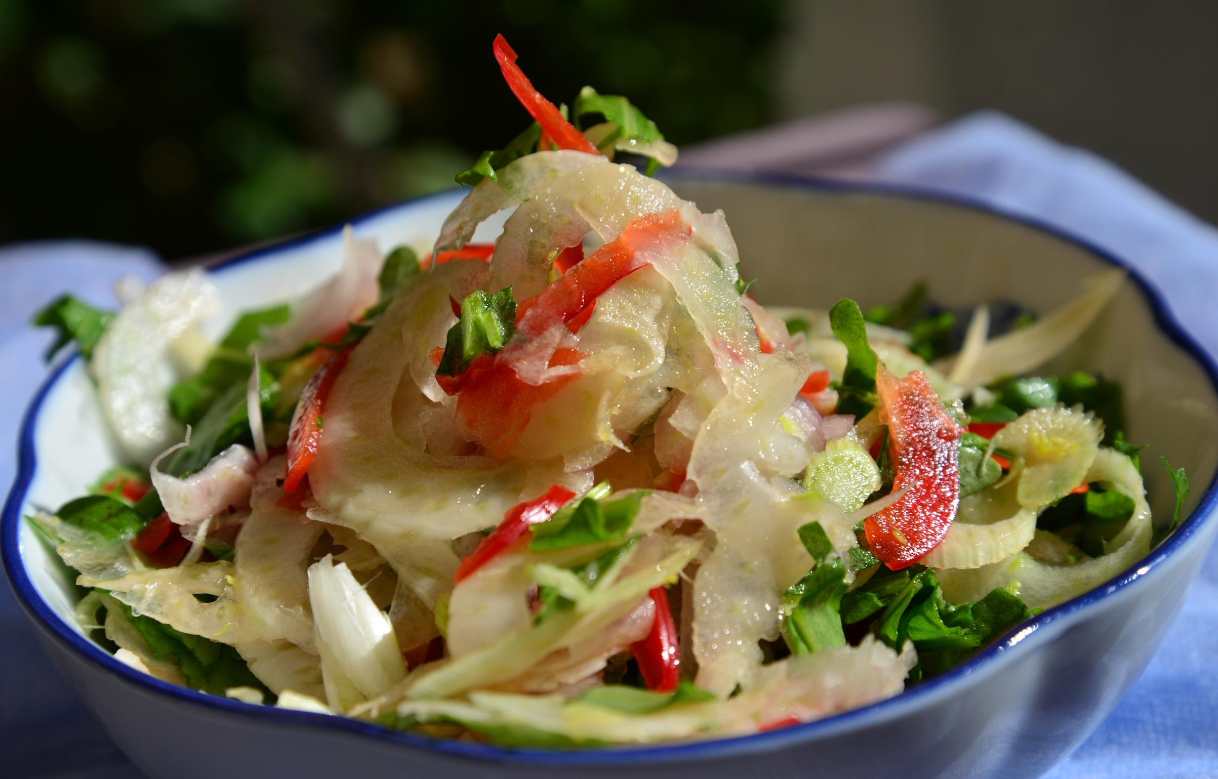 Салат из фенхеля, красного перца и рукколы
