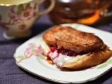 Бутерброд с брусничным вареньем и сыромбри