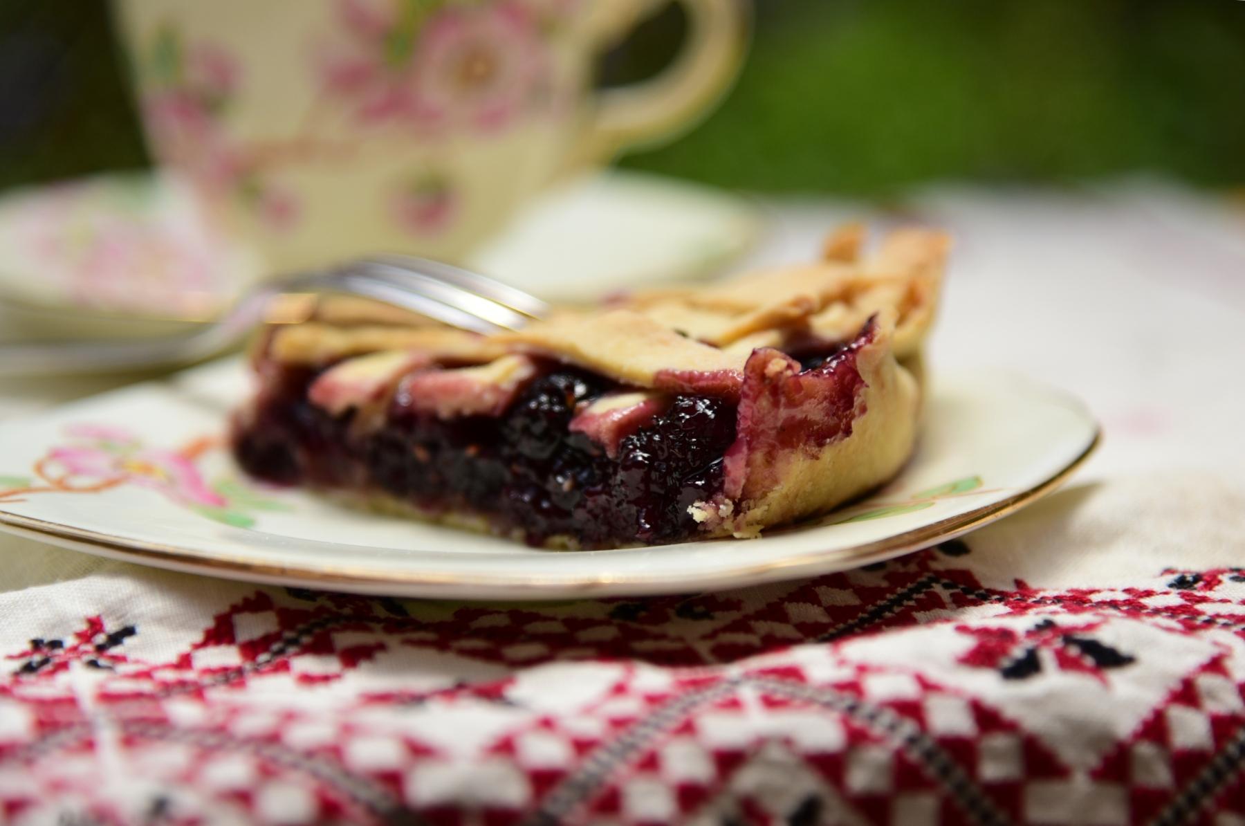 Пирог с плодами черной шелковицы